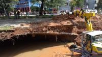 DPUPR Kota Depok melakukan pembersihan lokasi longsor lahan parkir pertokoan di Jalan Boulevard GDC, Kecamatan Sukmajaya, Kota Depok. (Istimewa)