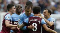 Para pemain West Ham merayakan gol yang dicetak Andriy Yarmolenko ke gawang Manchester United pada laga Premier League di Stadion London, London, Minggu (22/9). West Ham menang 2-0 atas MU. (AFP/Ian Kington)