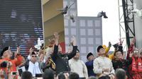 Pasangan capres dan cawapres Joko Widodo-Ma'ruf Amin dan Prabowo Subianto-Sandiaga Uno menerbangkan burung merpati secara simbolis saat Deklarasi Kampanye Damai di Monas, Jakarta, Minggu (23/9). (Merdeka.com/Iqbal Nugroho)