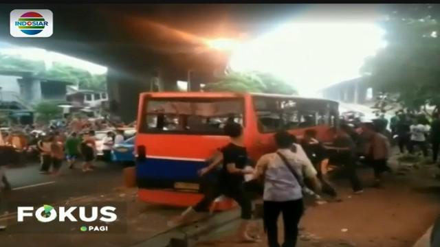 Warga Jakarta sebenarnya telah lama memendam kemarahan terhadap perilaku ugal-ugalan pengemudi bus metro mini selama ini