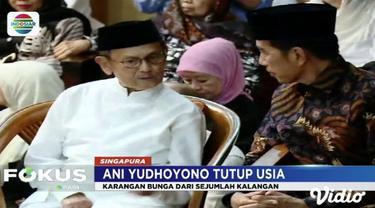 Presiden Jokowi dan ibu negara Iriana Jokowi salati jenazah Ani Yudhoyono di rumah duka.