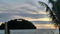 Meski PSBB di Perpanjang di Sumatera Barat, namun objek wisata Pantai Padang mulai ramai dikunjungi. (Liputan6.com/ Novia Harlina)