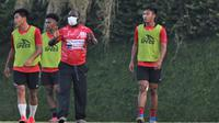 Pelatih Persipura, Jacksen Tiago memimpin latihan dengan menggunakan masker. (Iwan Setiawan/Bola.com)