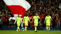 Para pemain Barcelona meninggalkan lapangan setelah kalah atas Liverpool pada akhir laga kedua semifinal Liga Champions 2018/19 di Anfield, Selasa (7/5/2019). Barcelona menelan kekalahan mengejutkan ketika melawat ke markas Liverpool dengan skor 0-4 (agregat 3-4). (AP/Dave Thompson)