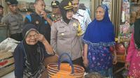 Tangisan mbah pedagang sembako di Karanganyar menghebohkan warga satu pasar. (KRJogja.com/Abdul Alim)