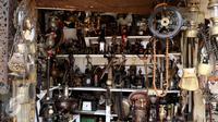 Aneka barang antik dan unik dijual di kios-kios yang terletak di Jalan Surabaya, Menteng, Jakarta, Minggu (10/9). Beragam barang antik mulai dari peralatan elektronik hingga pajangan rumah tangga mudah dijumpai di sini. (Liputan6.com/Gempur M. Surya)