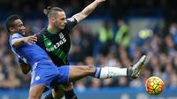 Gelandang Chelsea, John Obi Mikel, berebut bola dengan striker Stoke, Marko Arnautovic, pada laga Liga Premier Inggris di Stadion Stamford Bridge, Sabtu (5/3/2016). Kedua tim bermain imbang 1-1. (AFP/Justin Tallis)