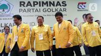 Ketua Umum DPP Golkar Airlangga Hartarto (ketiga kanan) bersama Ketua MPR Bambang Soesatyo (ketiga kiri) dan Wakil Ketua DPR Aziz Syamsuddin (kedua kiri) saat menghadiri Rapimnas Partai Golkar di Kawasan Kuningan, Jakarta Selatan, Kamis (14/11/2019). (Liputan6.com/Johan Tallo)