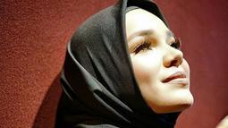 Sejak lima tahun silam Dewi Sandra memutuskan untuk berhijrah. Perempuan kelahiran Brazil itu tampil menutup aurat dengan berhijab. (Instagram/dewisandra)