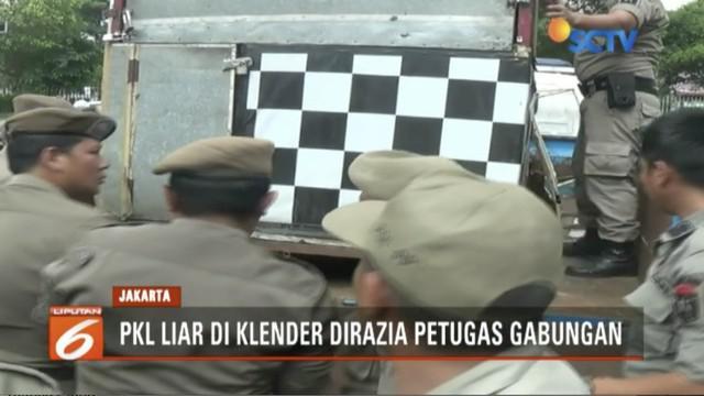 Satpol PP, Dishub, TNI, dan Polri razia pedangang kaki lima yang nekat berjualan di badan jalan di Klender, Jakarta Timur.