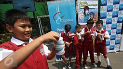 Sejumlah siswa SD terlihat senang dengan celengan yang diperolehnya, Cililitan, Jakarta, Selasa (10/11/2015). Program Petualangan Agen Penny bertujuan untuk meningkatkan literasi keuangan bagi anak-anak usia Sekolah Dasar. (Liputan6.com/Immanuel Antonius)
