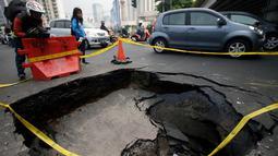 Lubang sedalam satu meter tersebut sudah diberikan traffic cone dan diberi garis kuning, Jakarta. Foto diambil pada Kamis (6/11/2014). (Liputan6.com/Johan Tallo)