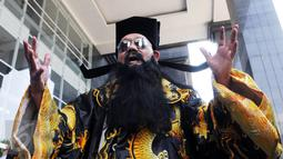 Seorang pria berpakaian khas budaya China ala Hakim Bao melakukan ritual saat sidang lanjutan kasus Jessica di PN Jakarta Pusat, Rabu (10/8).Pria tersebut juga pernah hadir dalam sidang kasus korupsi pada 2013 di Tipikor. (Liputan6.com/Helmi Afandi)