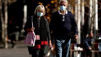 Orang-orang berjalan di sekitar Circular Quay, Sydney, Australia, Selasa (13/7/2021). Lima juta penduduk Sydney akan berada dalam lockdown COVID-19 untuk dua minggu lagi. (Brendon THORNE/AFP)