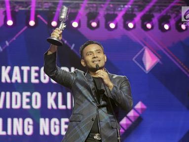 Penyanyi Judika memberikan pidato kemenangan setelah menerima penghargaan dalam SCTV Music Awards 2019 di Studio 6 Emtek City, Jakarta, Jumat (26/4). Judika menyabet penghargaan Video Klip Paling Ngetop untuk lagu Jikalau Kau Cinta dan Penyanyi Solo Pria Paling Ngetop. (Fimela.com/Bambang E. Ros)