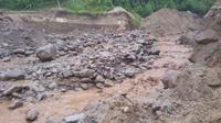 Selain rumah yang terbawa hanyut, banjir lahar dingin Gunung Sinabung juga merusak akses jalan ke desa. (Liputan6.com/Reza Efendi)