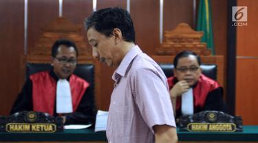 Mantan Direktur PTSP BP Batam, Dwi Djoko Wiwoho saat menjalani sidang pembacaan dakwaan di Pengadilan Negeri Jakarta Barat, Selasa (13/3). Dwi Djoko Wiwoho diduga terlibat gerakan Negara Islam Irak dan Suriah (ISIS). (Liputan6.com/Helmi Fithriansyah)