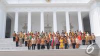 Presiden Joko Widodo dan Wakil Presiden Jusuf Kalla berpose bersama para Menteri didampingi pasangannya masing-masing, Jakarta, Senin (27/10/2014). (Liputan6.com/Herman Zakharia)