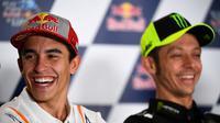 Pembalap Repsol Honda, Marc Marquez, dan rider Monster Energy Yamaha, Valentino Rossi. (AFP/Gabriel Buoys)