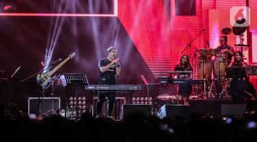 Komposer Erwin Gutawa tampil dalam Synchronize Fest 2019 yang bertajuk Chrisye Live by Erwin Gutawa di Gambir Expo, Jakarta, Sabtu (5/10/2019). Panggung untuk mengenang Chrisye tersebut Erwin Gutawa membawakan sejumlah lagu di antaranya Hura-Hura, Angin Malam, dan Cinta. (Liputan6.com/Faizal Fanani)