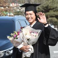 Tentu saja pencapaian ini membuat Park Bo Gum bangga. Lantaran tidak mudah untuk menyelesaikan pendidikan di tengah padatnya jadwal syuting. (Foto: soompi.com)