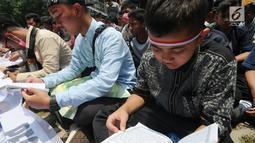Puluhan Aliansi  Mahasiswa, Pemuda dan Masyarakat  yang mengatasnamakan pecinta Tuan Guru Bajang (TGB) atau Gubernur NTB TGH Zainul Majdi melakukan aksi damai membaca yasin di depan gedung KPK, Jakarta, Selasa (25/09).(merdeka.com/dwi narwoko)