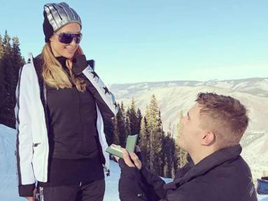 Aktor Chris Zylka berlutut menunjukkan cincin saat melamar pacarnya Paris Hilton di Pegunungan Aspen, Colorado, Amerika Serikat. Paris Hilton bertemu dengan Chris Zylka sejak enam tahun silam, tapi baru mulai menjalin cinta 2016. (Instagram/@parishilton)