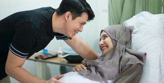 Bahagia bukan main pastinya Irwansyah dan Zaskia Sungkar. Pasalnya, setelah 10 tahun menikah, akhirnya mereka dikaruniai anak pertama. Selasa, 30 Maret 2021, Zaskia melahikan bayi laki-lakinya. (Instagram/irwansyah_15)