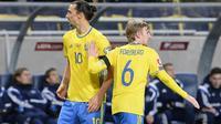 Dua pemain Swedia, Zlatan Ibrahimovic (kiri) dan Emil Forsberg (kanan), mencetak gol ke gawang Denmark pada leg pertama play-off Piala Eropa 2016 di Friends Arena, Solna, Sabtu (15/11/2015) dini hari WIB. (AFP PHOTO / Jonathan Nackstrand)