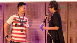 Kevin Sanjaya mendengar pertanyaan dari Yun Kartika sebelum menerima penghargaan dari Djarum Foundation  di Galeri Indonesia Kaya, Jakarta (28/3/2018). Kevin menerima deposito sebesar Rp 200 juta. (Bola.com/Nick Hanoatubun)
