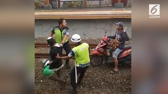 Kelakuan dua pria nekat kendarai motor di tengah rel kereta viral.