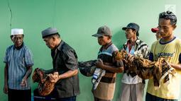 Panitia bersama keluarga pemilik makam memindahkan jenazah di TPU Grogol, Depok, Jawa Barat, (20/9). 525 makam di TPU tersebut dibongkar dan dipindahkan ke lokasi baru karena dilewati rencana pembangunan jalan tol Desari. (Liputan6.com/Immanuel Antonius)