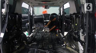 Pekerja menyelesaikan perbaikan mobil yang terkena banjir di bengkel Detailing, Shop, Garage (DSG) di kawasan Pondok Pinang, Jakarta, Kamis (9/1/2020). Pascabanjir yang melanda Jakarta pada 1-3 Januari lalu, tercatat 35 mobil memasuki bengkel ini untuk diperbaiki. (merdeka.com/Arie Basuki)