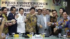 Ketum Golkar Airlangga Hartarto (tengah) didampingi Ketua DPR Bambang Soesatyo (kiri) dan Ketua Fraksi Golkar Melchias Markus Mekeng (kanan) memberi paparan 'Arah Baru Politik Anggaran Partai Golkar' di Jakara, Kamis (20/9). (Liputan6.com/JohanTallo)