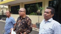Sejumlah warga Bogor melaporkan Wakapolres Kepulauan Seribu Kompol Asep Alhuda ke Propam Polri dengan dugaan tindak penganiayaan. (Liputan6.com/Nanda Perdana Putra)