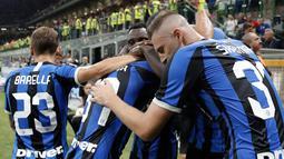 Para pemain Inter Milan merayakan gol rekannya, Antonio Candreva (tengah) ke gawang Lecce pada laga pertama Serie A 2019/2020 di Stadio Giuseppe Meazza, Senin (26/8/2019). Inter Milan menang 4-0 saat menjamu tim promosi Lecce. (AP Photo/Luca Bruno)