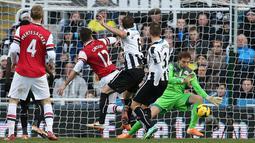 Striker Arsenal Olivier Giroud berhasil mencetak gol pembuka sekaligus gol satu-satunya pada pertandingan sepak bola Liga Inggris antara Newcastle United vs Arsenal di St James 'Park, Newcastle (30/12/13). (AFP/Ian Macnicol)