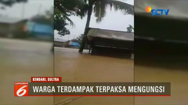 Sejumlah ruas jalan di pusat kota juga terkena banjir dan membuat kemacetan terjadi.