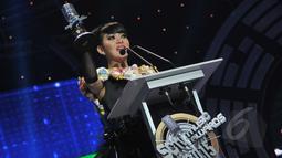 Artis sensasional, Syahrini berhasil menyabet penghargaan bergengsi sebagai Penyanyi Solo Wanita Paling Ngetop dalam ajang SCTV Music Awards 2015 di Studio 6 Emtek City, Jakarta, Rabu (6/5). (Liputan6.com/Herman Zakharia)