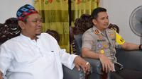 Muhammad Romli, pengasuh Ponpes Miftahul Falahil Mubtadin di Kasembon, Malang bersama Kapolres Batu, AKBP Budi Hermanto (Liputan6.com/Zainul Arifin)