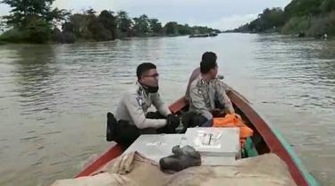 Susuri Sungai Musi Demi Distribusi Logistik Pilkada di Banyuasin