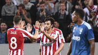 Gelandang Atletico Madrid, Joao Felix, merayakan gol yang dicetaknya ke gawang Juventus pada laga ICC di Stadion Solna, Stockholm, Sabtu (10/8). Atletico menang 2-1 atas Juventus. (AFP/Jonathan Nackstrand)