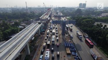 Kepadatan arus lalu lintas saat melintasi proyek Tol Jakarta-Cikampek II dan kereta api ringan (LRT) di Bekasi, Selasa (18/12). Pemerintah menghentikan proyek di ruas Tol Jakarta-Cikampek selama libur Natal dan tahun baru. (Merdeka.com/Iqbal S. Nugroho)