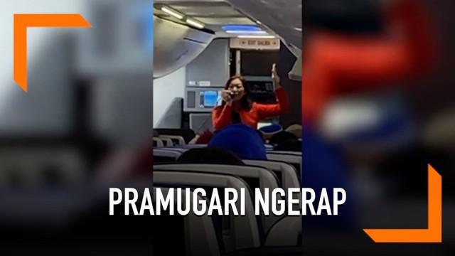 Seorang pramugari Southwest Airlines memberikan instruksi keselamatan dengan ngerap. Momen unik ini terjadi pada penerbangan dari Los Angeles menuju Utah.