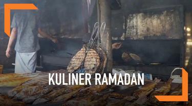 Ikan asap menu favorit berbuka puasa masyarakat pesisir Pantura. Pasar ikan asap ramai di bulan Ramadan, warga sabar menunggu proses pengasapan sambil menunggu waktu berbuka.