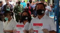 Hendi dan istrinya Tia pamer surat suara usai menyoblos di TPS 009 Kelurahan Lempongsari. (foto: Liputan6.com/edhie prayitno ige)