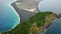 Drone yang dioperasikan oleh Woods Hole Sea Education Association (SEA) mengunjungi pulau vulkanik baru di negara kepulauan Pasifik Selatan, Tonga. Pulau baru ini lahir pada tahun 2015. (Dokumentasi SEA)