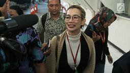 Penyanyi Reza Artamevia memberi keterangan kepada awak media saat hadir di Pengadilan Negeri Jakarta Selatan, Selasa (9/1). Kehadiran Reza ini untuk memberikan kesaksian atas kasus asusila yang melibatkan Gatot Brajamusti. (Liputan6.com/Herman Zakharia)