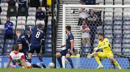 Menit ke-17, Kroasia membuka keunggulan Perisic menyundul bola dari tiang jauh, Vlasic mengontrolnya dengan sempurna dan melepas tembakan ke sudut kiri bawah. (Foto: AP/Pool/Petr David Josek)