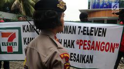 Polisi berjaga saat demo karyawan Eks 7-Eleven di depan Kantor Pengusaha Sungkono Honoris, Jakarta, Rabu (9/1). Mereka menuntut pembayaran uang pesangon yang sampai saat ini belum mereka terima semenjak 7-Eleven tutup. (Liputan6.com/Johan Tallo)